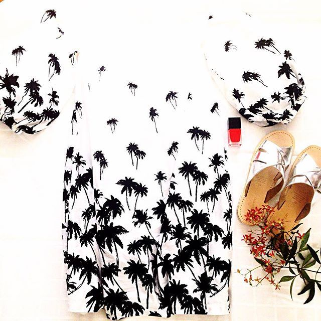 Starting to think about that Christmas Day dress? I am! I popped into @witcheryfashion and could not resist this Monochrome Palm Tree dress! Paired with Silver Slides & a pop of colour with their Burnt Red nail polish ✔️ I wore this to a family lunch yesterday but it would make the perfect Christmas Day number!