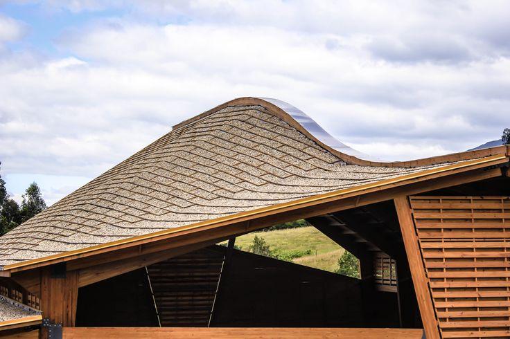 Detalle cubierta con viga laminada curva y gravilla - Bodega de producción Taller de Ensamble #woodarchitecture #wood #madera #casasenmadera #arquitecturaenmadera http://www.tallerdensamble.com