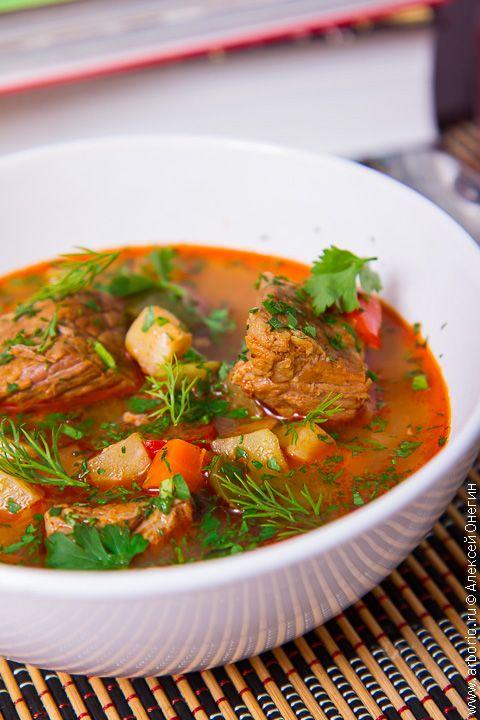 Если спросить мадьяра, что такое гуляш, он ответит: это суп. Густой, наваристый, сытный, но - суп. Его придумали венгерские ковбои - пастухи, которые варили в походном котелке-бограче суп из мяса, овощей, лапши и корнеплодов, такой густой, что сразу не поймешь, суп это или нет.