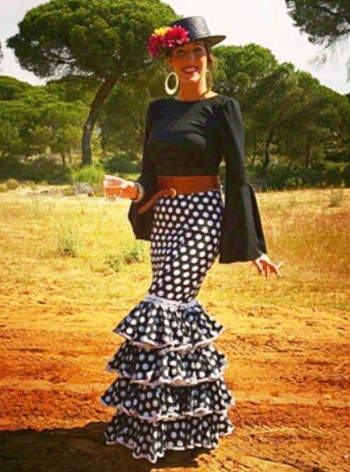 Traje de flamenca de falda negra con lunares blancos y camisa negra @flamencasconarte @marti_miller