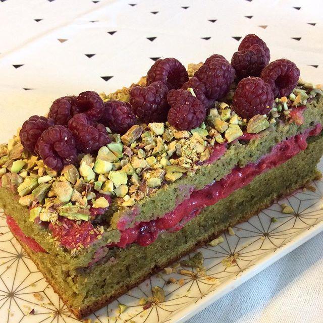 [Bûche Pistache & Framboises préparée l'année dernière pour la veille de Noël  | La recette sur le blog > Prêt ? Pâtissez > Gâteaux ] #patisserie #gourmandise #xmas #merrychristmas #noel #christmascake #green #instafood #food #lovefood #december #blog #frenchblog #blogueuse #cooking #cook #instacook #winter #cake #dessert #buche #buchedenoel
