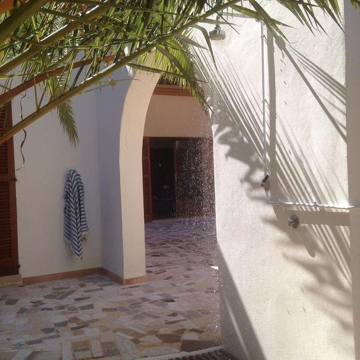 Kunne virkelig godt lige klare bare en enkelt morgenskyller mere her under det koldegys og en tur i poolen  men er desværre hjemme i igen  #ferie #koldegys #udendørsbad #dejligt #kugodt #friskstartpådagen #morgenskyller #palme #terrazzo #finca #mallorca #calaferrera #vacation #coldshower #outdoorshower #freshstart #palm
