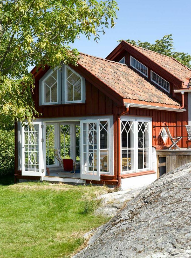 Lysthuset i skjærgården: Det lille huset fra slutten av 1800-tallet har i dag blitt en moderne og fargerik sommerhytte. De store vinduene i tilbygget åpner opp mot lyset og utsikten i skjærgården ved Kragerø.