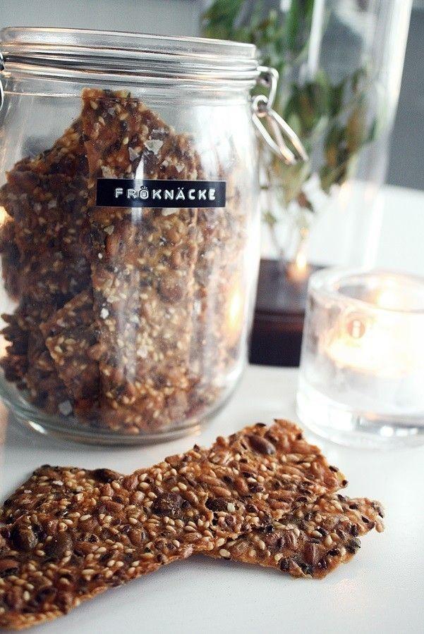 Här kommer receptet på dom godaste fröknäcken ni någonsin kommer att smaka ;D Du behöver: o5 dl Sesamfrön 0,5 dl Linfrön 2 dl Majsmjöl 3/4 dl Solro...
