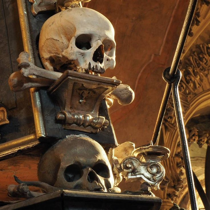 """Los huesos de 40.000 personas sirvieron como decoración para la macabra capilla """"Kostnice Sedlec"""" (Osario de Sedlec) en la localidad checa de Kutná Hora [Foto y texto de nuestra cuenta de Instagram. Síguenos allí -> @apuntesviajero]"""
