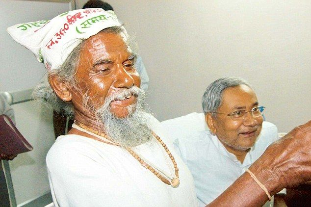 Dashrath Manjhi with Bihar Chief Minister Nitish Kumar in Patna before his death in 2007 aged 73. He was recognised with a state funeral in Bihar