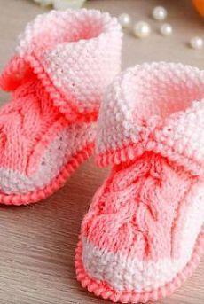 TAPOVED - sapatos de tricô booties como amarrar botas falou tranças padrão associado com agulhas de duas cores de fios.  O esquema de sapatinhos de tricô agulhas.