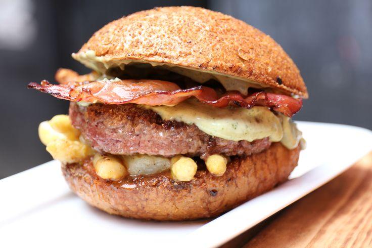 """""""Der Spargeltarzan""""  Mit 180g Rindfleisch, feinem Spargelsalat von Familie Böhm aus Bellheim und leckerer Kerbelmayo, dazu gerösteter Schwarzwälder Schinken. Hinzu kommt noch Ketchup und das bekannte leckere Dinkelhaferkrusti. #DeliBurgers #Karlsruhe #Burger #BurgerDerSaison"""