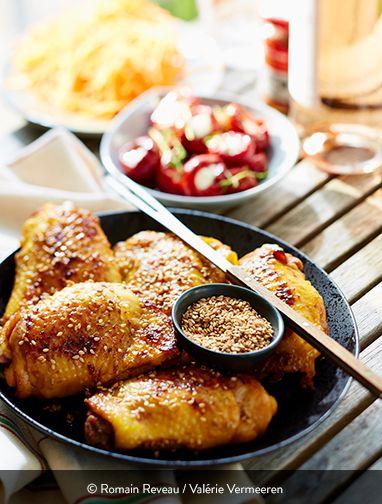 HAUTS DE CUISSES DE POULET MARINÉS AU MIEL ET SÉSAME Ingrédients pour 4 personnes 1 kg de hauts de cuisses de poulet fermier St SEVER Label Rouge 3 cuillères à soupe de miel 3 cuillères à soupe de soja 6 cuillères à soupe de graines de sésame 1 citron jaune non traité 2 cuillères à soupe d'huile d'olive 2 pincées de piment d'Espelette 1 cuillère à café d'ail en poudre Sel  Une recette à ne pas manquer pour bien redémarrer la saison des barbecues.