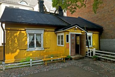 Helsinki City Museum, Burgher's House. The oldest surviving wooden house in Helsinki dates from 1818 and is decorated in the style of a middle-class home of the 1860s. Kantakaupungin vanhin paikallaan säilynyt puutalo, Ruiskumestarin talo.