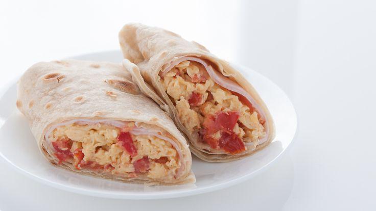 Ontbijt wrap met ei, ham, tomaat en geraspte kaas