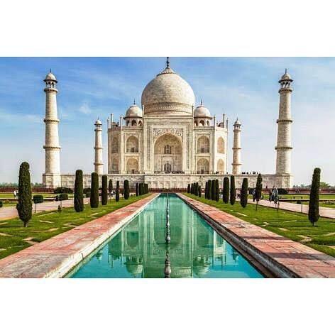 """#mytajmemory Taj Mahal तज महल  uma das 7 maravilhas do mundo. O nome """"Taj"""" é de origem Persa e significa Coroa """"Mahal"""" é arábico e significa Lugar. Devidamente enquadrado em um jardim simétrico tipicamente muçulmano divido em quadrados iguais cruzados por um canal ladeado de ciprestes onde se reflete a sua imagem imponente. Curiosidades:  a construção é uma homenagem do imperador Shah Jahan para sua esposa falecida; a cúpula é costurada com fios de ouro. Internamente existem várias pedras…"""