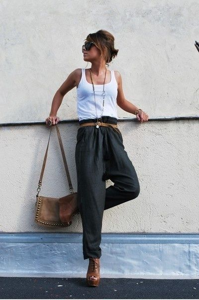 the combo of high waist 3/4 pants with tan accessories