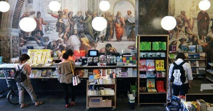 Τέλος εποχής μετά από 35 χρόνια για τα βιβλιοπωλεία Παπασωτηρίου   Ηταν το 1981 όταν ο Γιώργος Παπασωτηρίου ξεκίνησε ιδρύοντας ένα νέο βιβλιοπωλείο μόλις 25 τ.μ. στο κέντρο της Αθήνας. Mετά από 35 χρόνια μία ακόμη μεγάλη αλυσίδα βιβλιοπωλείων -και μάλιστα από τις πιο επιτυχημένες με μεγάλη γκάμα και εξειδίκευση για όλες τις ηλικίες- κλείνει τον κύκλο της με την παύση της λειτουργίας προ ημερών του τελευταίου μεγάλου καταστήματος στο κέντρο της Αθήνας στην οδό Πανεπιστημίου. Τα βιβλιοπωλεία…