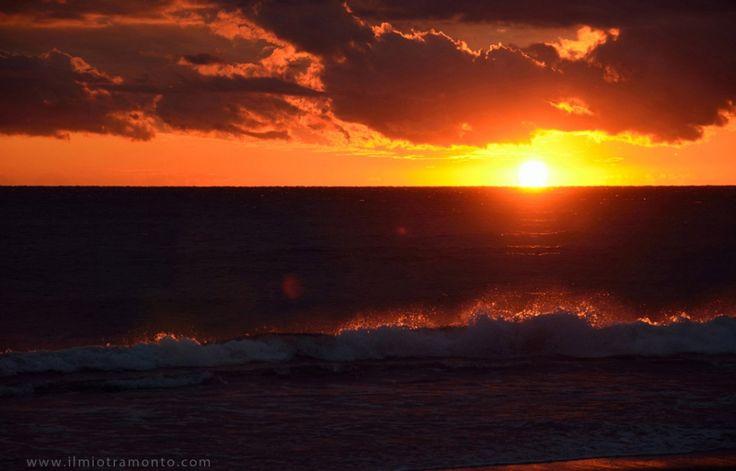 un #tramonto freddo e ventoso tra le onde del mare in una freddissima giornata di fine Novembre sulle spiagge di #Latina