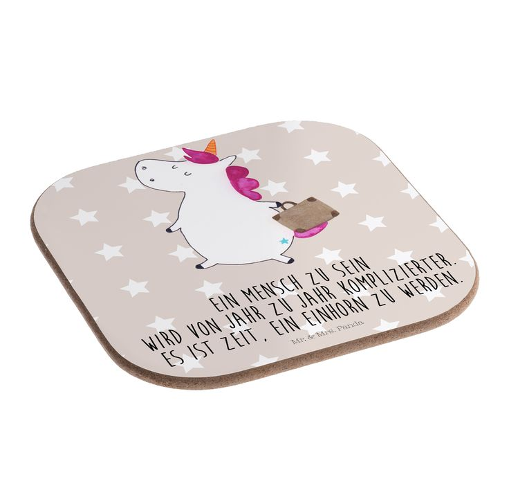 Quadratische Untersetzer Einhorn Koffer aus Hartfaser  natur - Das Original von Mr. & Mrs. Panda.  Dieser wunderschönen Untersetzer von Mr. & Mrs. Panda wird in unserer Manufaktur liebevoll bedruckt und verpackt. Er bestitz eine Größe von 100x100 mm und glänzt sehr hochwertig. Hier wird ein Untersetzer verkauft, sie können die Untersetzer natürlich auch im Set kaufen.    Über unser Motiv Einhorn Koffer  Das reisefreudige Einhorn ist perfekt für Leute, die im tiefsten Inneren immer noch Kind…