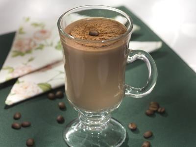 Chocafé Quente-NGREDIENTES 3 colheres (sopa) de amido de milho 1 litro de leite1 xícara (chá) de café1 lata de leite condensado 5 colheres (sopa) de chocolate em póchocolate em pó para polvilhar PREPARAÇÃO 1Dissolva o amido no leite e leve ao fogo junto com o café, o leite condensado e o chocolate, mexendo sempre, até ferver e engrossar. Coloque em canecas e polvilhe chocolate em pó.
