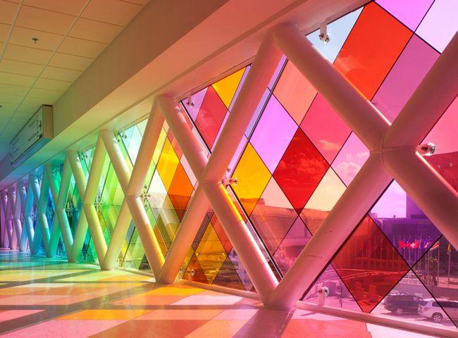 Iluminação Natural - Aeroporto - Os vidros coloridos trazem um efeito diferenciado no ambiente, ao mesmo tempo que as projeções e cores do vidro fazem desenhos no piso