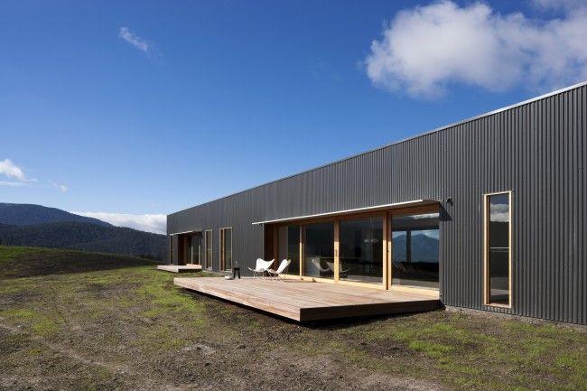 Contemporary farmhouse rises after the ashes | Designhunter - architecture & design blog