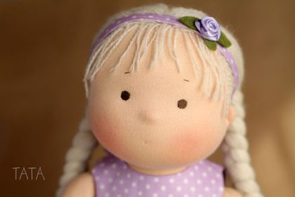 Купить или заказать Игровая кукла в интернет-магазине на Ярмарке Мастеров. Куколка сшита из натурального хлопкового трикотажа, набивка - искусственное волокно, волосы длинные, из шерстяной пряжи, вшиты по всей головке равномерно, их можно расчесывать и делать разные прически. Куколка сидит сама, без опоры. Для вертикальной позы требуется подставка. Ручки и ножки двигаются легко во все стороны. Вся одежда снимается. Цветочный ободок можно использовать как ожерелье, браслетик, поясок.