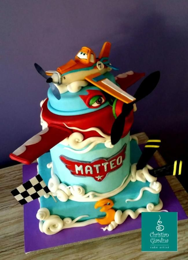 What about this cake for a little boy very very find of planes? Totally handmade, sugarpaste.