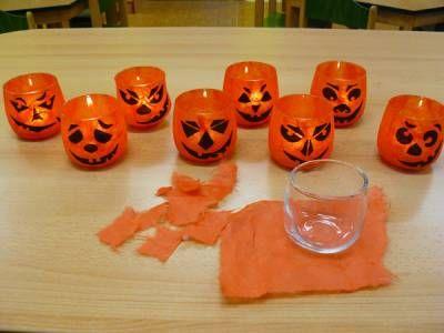 Na každý stoleček nám paní učitelky vyrobily ze skleniček a hedvábného papíru malé dýňové lucerničky.