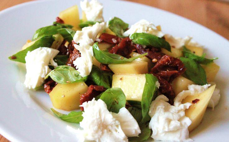 En hurtig og skønsalat her i sommervarmen. Som sagt bliver det ikke lavet meget varm mad herhjemme de her dage, i stedet spiser jeg masser af salater. Jeg er vild med frugt i salat, da giver et lækkert samspil og indeholder kulhydrat, så jeg kan skippe pasta,kartofler og diverse stivelser. Salaten her, er som de...Læs Mere »
