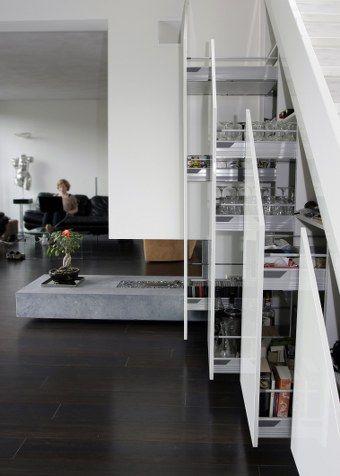 Detail trapkast met apothekerskasten - door thijsvandewouwkeukens.nl