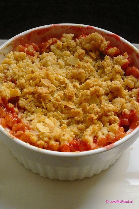 """De herfst staat weer voor de deur. Deze warme crumble met appel en pruimen is een echt herfst dessert! Warme pruimen en appel met vanille en kaneel, bedekt met krokant kruimeldeeg…. Kan het nog lekkerder? Wil je het extra lekker maken? Serveer de crumble dan met een bol vanille ijs er bovenop! Crumble is een … <a href=""""http://lovemyfood.nl/lovemyfood.nl/crumble-met-appel-en-pruimen/"""" class=""""more-link"""">Lees verder <span class=""""screen-reader-text"""">Crumble met appel en pruimen</span> <span…"""