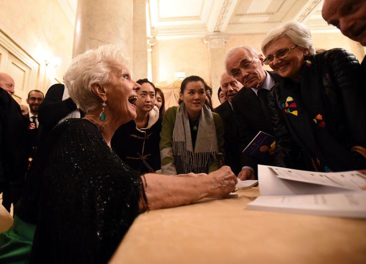 Raina Kabaivanska dedica una sessione di autografi al suo pubblico (foto Roberto Ricci)