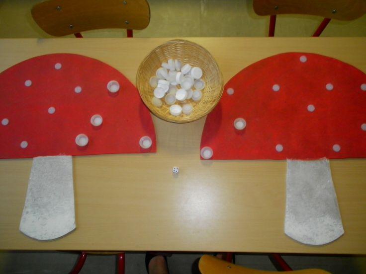 Dobbelspel: rol met de dobbelsteen en kleef evenveel stippen op je paddenstoel. Wie zijn paddenstoel als eerst vol heeft, is gewonnen! *liestr*