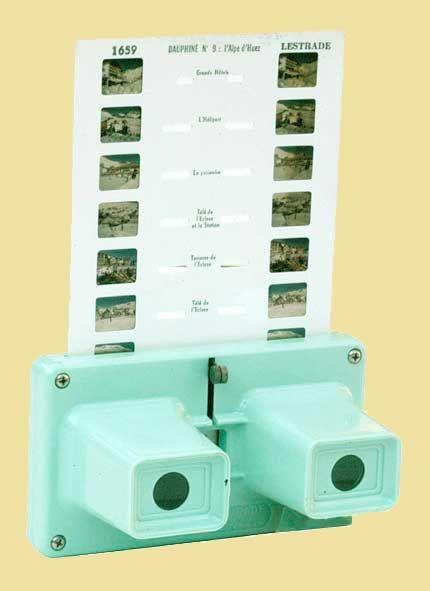 Stéréoscope Lestrade. Visionneuse de diapositives stéréoscopiques. Assez répandues dans les années 50-60 ces visionneuses servaient à regarder des petites diapos en relief regroupées sur des fiches en carton. Les fiches portant les photos étaient vendues à proximités des sites touristiques qu'elles représentaient