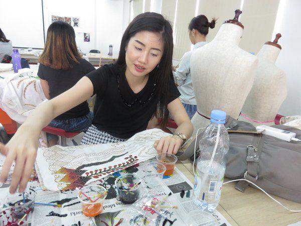 """Adi Kusrianto di Twitter: """"Workshop mewarnai batik di FDB UC dgn teknik colet, untk padu-padan dengan desain kebaya bikinan mereka. https://t.co/9UJtQhVdfR"""""""