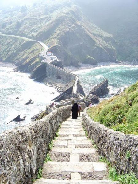 San juan de gaztelugatxe, Precioso lugar en España Gaztelugatxe es un islote de la localidad vizcaína de Bermeo, País Vasco (España). Está unido al continente por un puente de dos arcos.