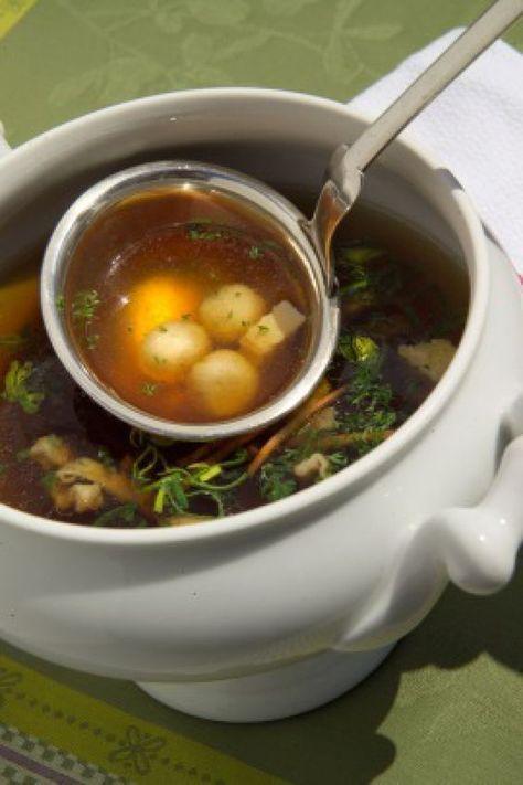 Sie wärmen von innen, sind lecker und gleichzeitig noch gesund: Suppen. Für Feierlichkeiten und besondere Anlässe empfehlen wir eine klare Rindfleischbrühe. Mit einer würzigen Einlage (siehe unten, drei Varianten) wird sie verfeinert.…