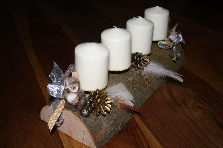 Adventskranz auf einem Holzstück mit Eule