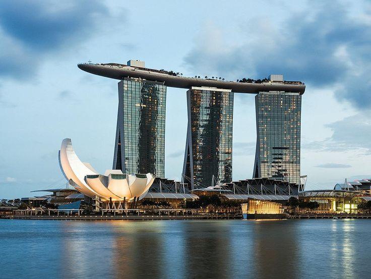 Сингапур. Январь 2016 / Singapore. January 2016. День 52. Отель Marina Bay Sands стал своеобразной визитной карточкой Сингапура. Особенной популярностью пользуется открытый бассейн на крыше с потрясающим видом на город. Номера начинаются от 699$ и доходят до 5899$. С сегодняшним курсом - это что-то совсем запредельное! На крыше есть смотровая площадка. Но можно просто подняться на 57 этаж в бар где совершенно бесплатно можно полюбоваться чудесным видом города. #svm_travel #svm_asia…