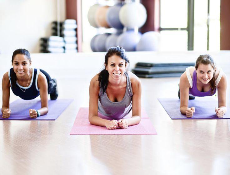 Souvent tirés d'entraînements masculins, beaucoup d'exercices d'abdominaux ne sont pas adaptés à la physiologie féminine. Voici 3 bons exos à faire et...