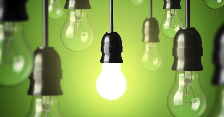 Porque as lâmpadas da minha casa estão piscando?. Luzes piscando podem indicar problemas elétricos que podem ser simples, irritantes e até perigosos. Como as luzes são alimentadas pelo sistema elétrico de sua casa, o problema pode estar nas próprias lâmpadas ou em todo o sistema. Alguns diagnósticos e soluções envolvem apertar as lâmpadas e até buscar ajuda profissional.