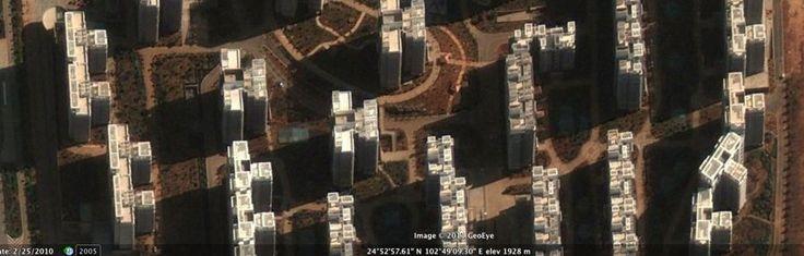 Prăbuşirea pieţei a transformat marile proiecte imobiliare din China în adevărate oraşe fantomă, chiar dacă preţurile locuinţelor s-au micşorat cu aproape o treime, scăzând la aproximativ 60% din 2006, informeazăBusiness Insider. Blocurile din oraşe precum Ordons, Kangbashi sau Chenggong sunt nelocuite, iar universităţile şi magazinele sunt goale. Potrivit estimărilor, în …