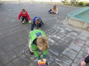 Straten tekenen met krijt en rijden maar, kleuteridee.nl
