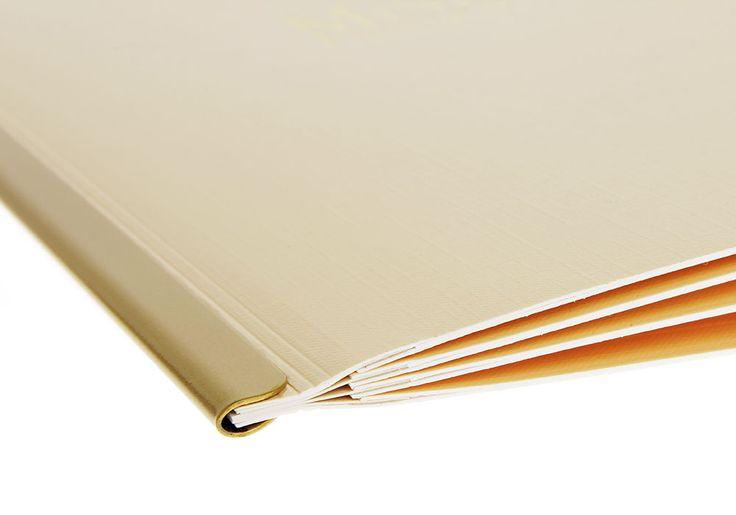 Die Elegante… Printkarte mit fixer Juwelschiene aus Metall. Einschubsystem bereits auf Umschlaginnenseiten mit Classic-Stanzung Standard. Dieses Modell lässt keine Gestaltungswünsche offen: Individuelles Design Ihrer Karten durch Auswahl aus unseren Standardfarben, unserer großen Motivdatenbank oder in Individualdesign. In A4, A4Schmal und A5 erhältlich. Schutzecken in Gold, Silber, Altgold, Altsilber, Schwarz oder Kupfer. Logo kann auf Wunsch …