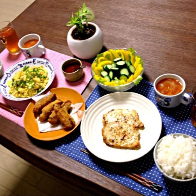 茄子の肉ロール揚げは、前に作った時に余分に作って冷凍しておいたよ。って感じで、揚げ物は作る度にそうしておくと、もう一品欲しいときに揚げるだけなので、とっても便利! (^-^)b - 14件のもぐもぐ - かじきのムニエル、茄子の肉ロール揚げ、野菜のスクランブルエッグ、パプリカサラダ、トマトスープ、ご飯 by pentarou