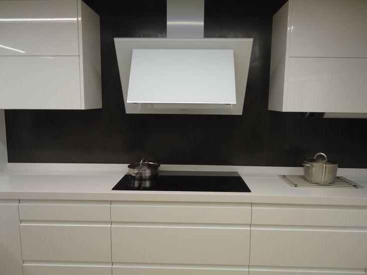 Estilo moderno y simétrico para cocina de microcemento. Revestida con microFine acero.