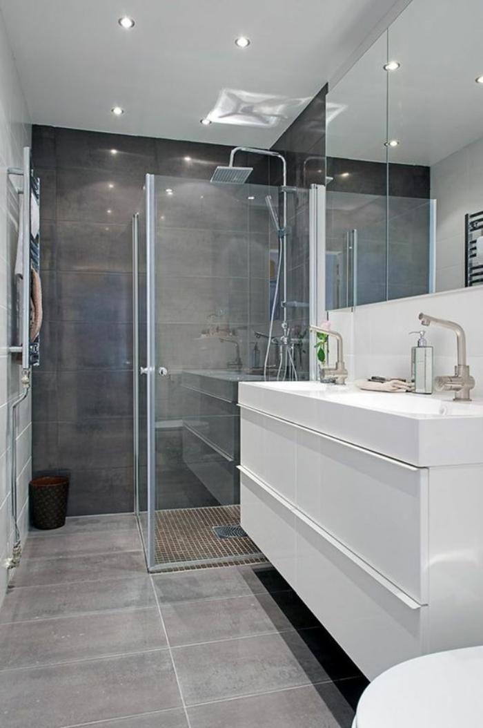 carrelage gris imitation béton, douche carrée, meuble vasque blanc lisse