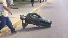 Derriban una estatua de Hugo Chávez en el estado venezolano de Zulia - Libertad Digital