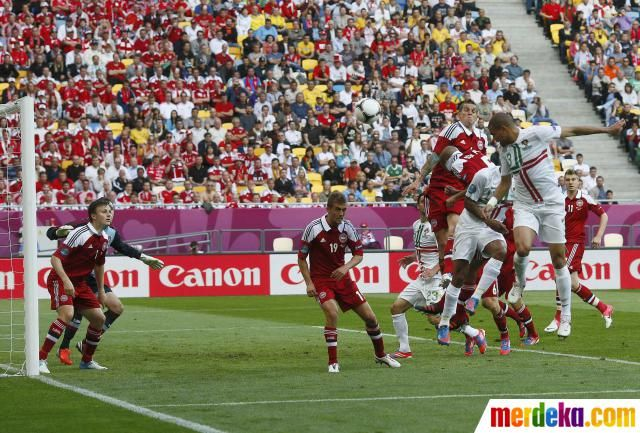 Sundulan bek tengah Portugal, Pepe (kanan) berhasil menghujam gawang Stephan Andersen di menit 24.