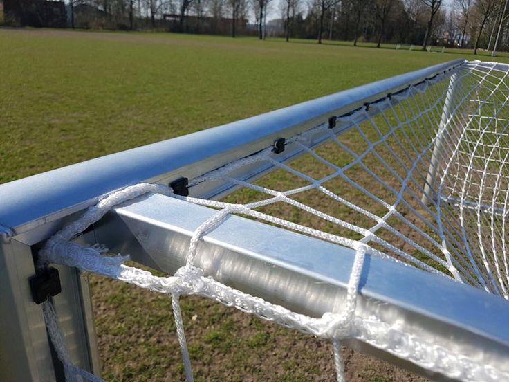 Op deze afbeelding ziet u de degelijke gelaste schoorconstructie van onze 3 x 1 meter voetbaldoelen.