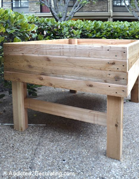 These table gardens can be made to any size, and are perfect for people who live in apartments or condos, or who people who have a tiny back yard with no space for an in-ground garden.