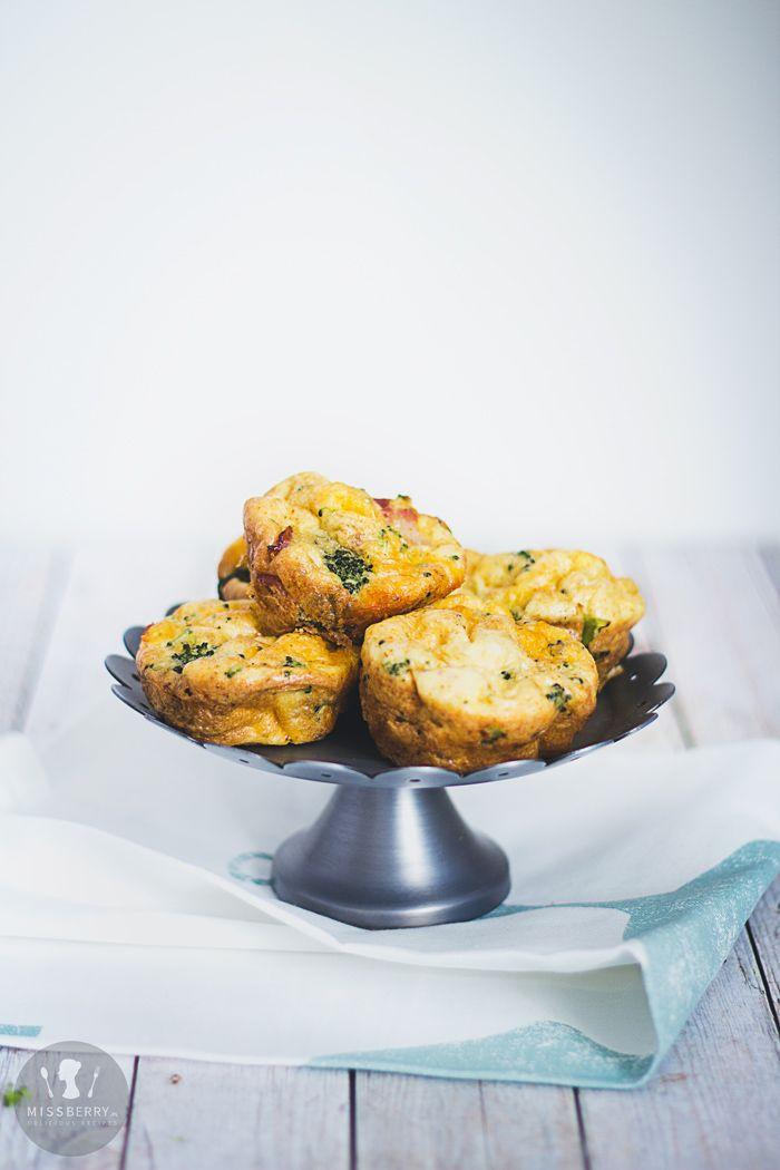 Przepis na Muffinki jajeczne z brokułami. Idealne śniadanie o niskiej zawartości węglowodanów. Śniadaniowe muffinki z jajkiem, boczkiem, brokułami i serem cheddar.
